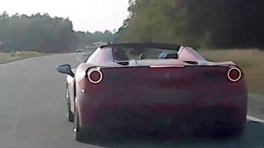 Video: Policija Talsos aptur 'Ferrari' vadītāju, kas traucies ar 213 km/h