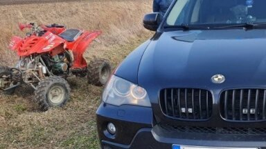 Video: Lietuvā policija ar 'BMW X5' pļavā noķer bēgošu kvadriciklistu