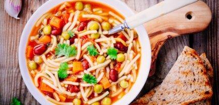 Быстрый суп с лапшой, консервированным горошком, помидорами и фасолью