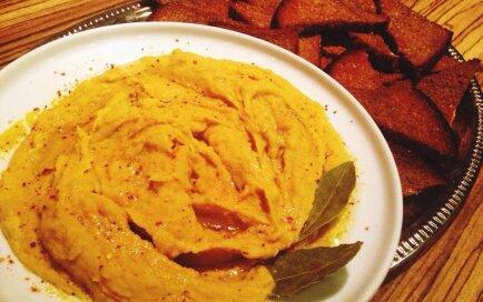 Ķiploku grauzdiņi ar zirņu humusu