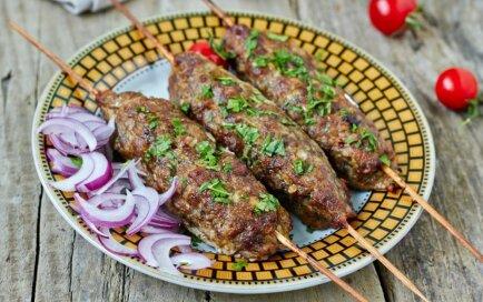 Maltās gaļas kebabi uz iesmiņa