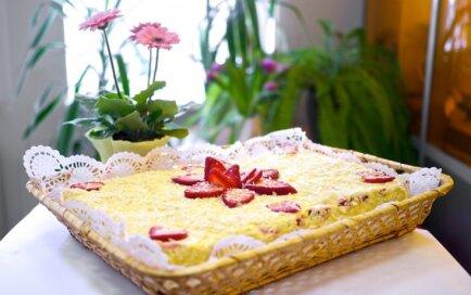 Mandeļu biskvīta torte ar zemeņu un maskarpone siera krēmu