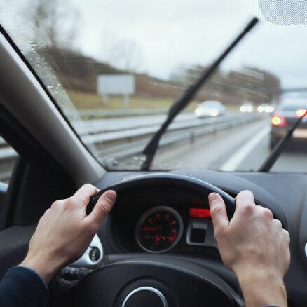 Apdrošinātājs: par vējstiklu bojājumiem izmaksāto atlīdzību apmērs tuvojas diviem miljoniem eiro
