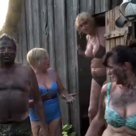 Video: Saimniekšova brašulis Gunārs ar līgaviņām bauda pirts priekus