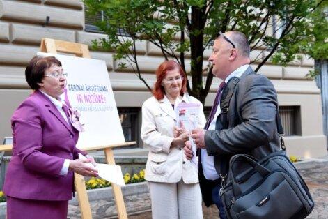Foto: Biedrība 'Vita' rīko akciju pie Saeimas