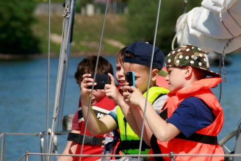 В понедельник модные парусники и яхты прокатили по Даугаве сотни детей