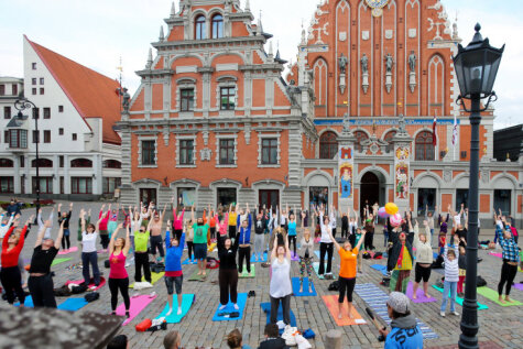 Йоги на Ратушной площади устроили позитивный флешмоб