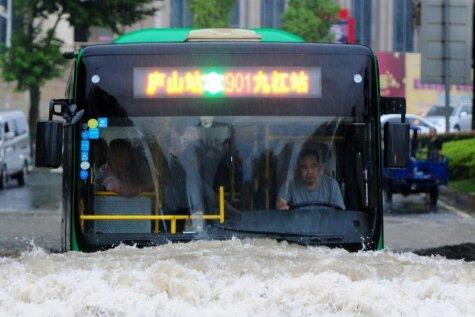 Kā milzu plūdus mēģina pārdzīvot ķīnieši