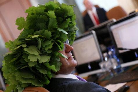Министрам Янисам уже надели на головы праздничные венки