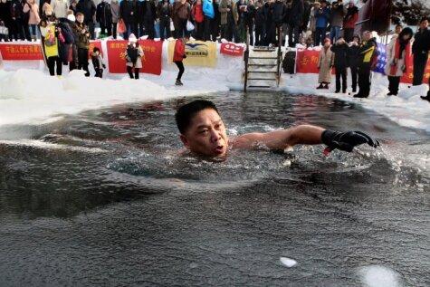Krievi un ķīnieši satiekas ikgadējā ledus peldē