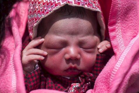 Aizkustinošs foto stāsts: Nepālā starp drupām piedzimst meitenīte