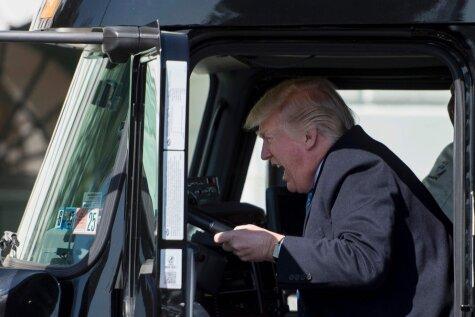 Трамп сел за руль грузовика и понял, что наконец-то нашел свое призвание!