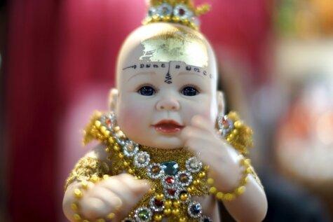Biedējoša izskata taizemiešu lelles, kas nes laimi