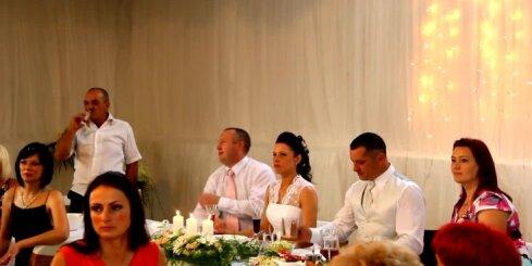 Kiops kāzās dzied un bučo svešu līgavu