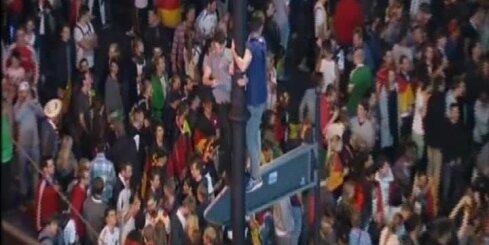 Futbola fani līksmo Berlīnes un Frankfurtes ielās