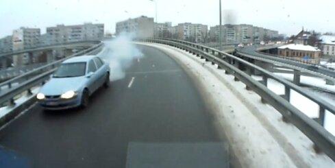 Autovadītājs iemanās braukt pa Dienvidu tilta pārvadu pretējā virzienā