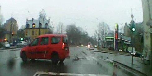 Autovadītājs Rīgas centrā pēkšņi veic bīstamu manevru