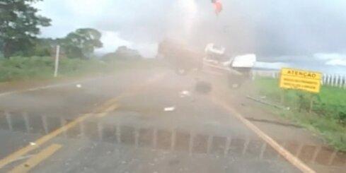 Brazīlijā no kūleņojošas automašīnas izlido pasažieris