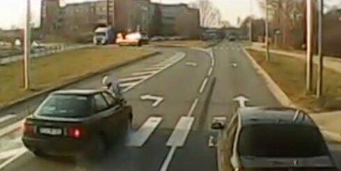 Aculiecinieka video: Rīgā uz gājēju pārejas notriec sievieti