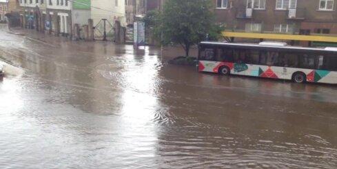 Aculiecinieka video: Liepājā ielas 'pārvēršas' upēs