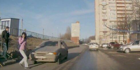Krievijā auto notriec sievieti, kura runā pa tālruni un neskatās apkārt