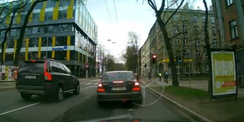 Traks braucējs aiztraucas pie sarkanās gaismas