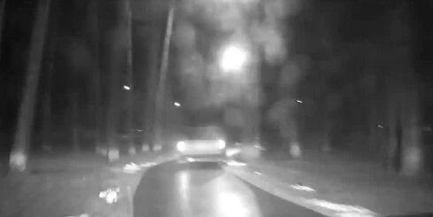 Olainē 17 gadus vecs jaunietis bēg no likumsargiem un sabojā policijas automašīnu