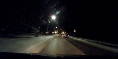 'Mercedes' vadītājs brauc pie sarkanās gaismas
