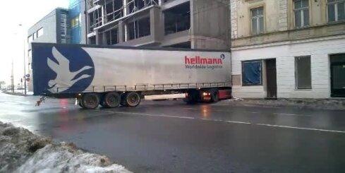 Pie Gaismas pils kravas auto bojā nama fasādi