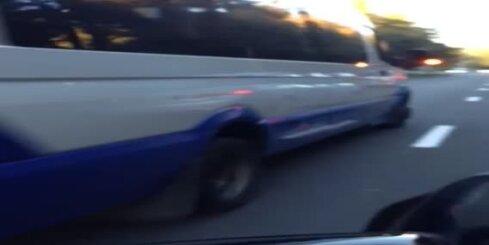 Avārijas gaismas un 'aidā!' – Rīgas mikroautobusam sastrēgums nav šķērslis