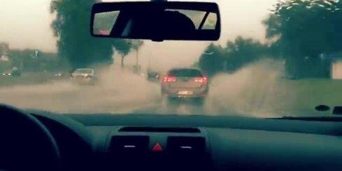 Lietus applūdina Krasta ielu