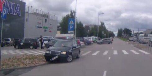 Auto ar nolauztu riteni cenšas aizbēgt no avārijas vietas
