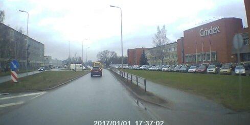 RS autobuss aizbrauc pie sarkanās gaismas