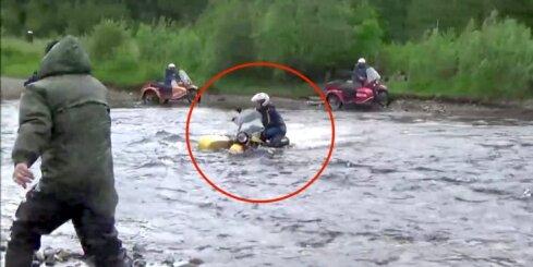 Kā ar 'Ural' motociklu šķērsot upi