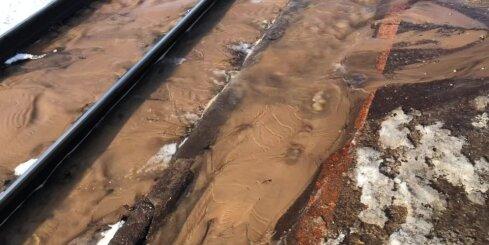 Plīsis ūdensvads appludina vilciena peronu 'Vagonu parks'