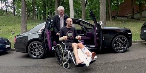 Timrots ar 'Rolls-Royce' izvizina ieģipsēto motociklistu Aleksandroviču