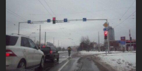 Velokurjers brauc pie sarkanā