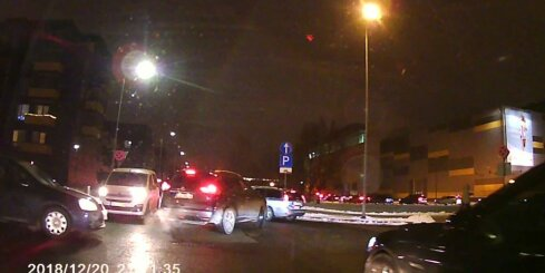 Nekaunīgi autovadītāji pēc koncerta 'Arēna Rīga' brauc pa pretējo joslu