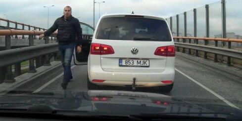 Agresīvs 'igaunis' uz tilta nobloķē satiksmi un iet skaidroties