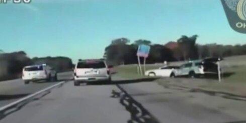 ASV desmit gadus vecs zēns ar mātes auto bēg no policijas
