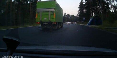 Ļoti steidzīgs kravas auto uz Tallinas šosejas