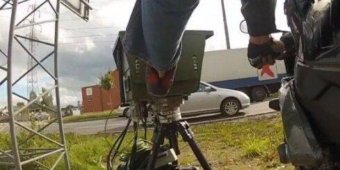 Motociklists ar kāju apgāž fotoradaru