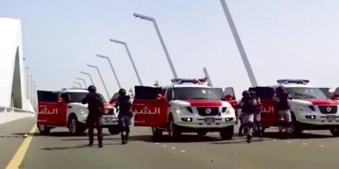 Abū Dabī policija demonstrē superauto aizturēšanas spējas
