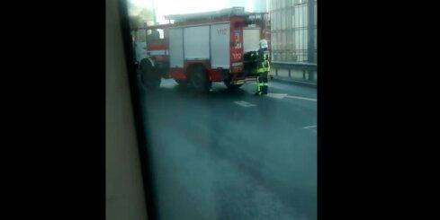 Uz Vanšu tilta ar atklātu liesmu sadeg auto
