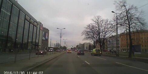 Rīgā jau ierasts skats – taksists brauc pie sarkanā luksofora signāla