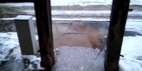 Āgenskalnā plīsusi ūdens caurule