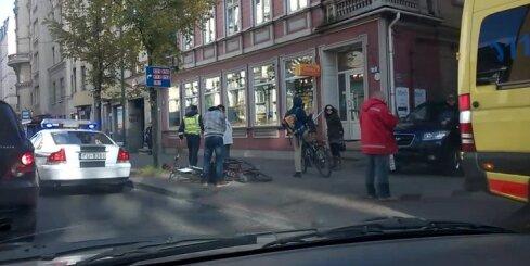 Rīgā sadursmē ar džipu smagi cieš velosipēdists