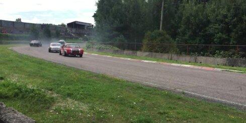 Sacensībās 'Dzintara aplis' līkumā saslīd auto