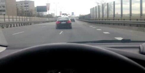 Dzērājšoferis Rīgā līkločiem brauc ar tukšām automašīnas riepām
