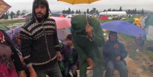 Bēgļu nožēlojamā sadzīve dubļu laukā pie Maķedonijas robežas